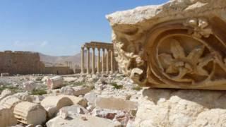 Los restos del arco del triunfo, un monumento de casi 2.000 años, destruido por el grupo yihadista en octubre del año pasado.