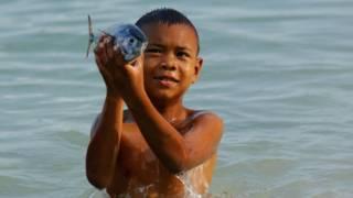 هؤلاء الأطفال يرون تحت الماء بوضوح كالدلافين