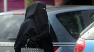 Женщина в никабе во Франции