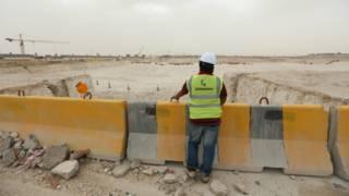 عامل في إحدى ورشات البناء في قطر