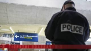 El desgarrador caso de un niño de 8 años que lleva 10 días detenido en el aeropuerto de París