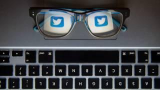 Gafas con el símbolo de Twitter y teclado