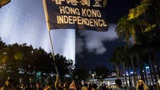 香港活動人士在尖沙咀揮舞「港獨」旗幟