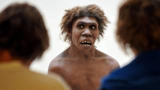 Фигура неандертальца в музее