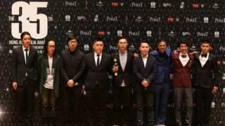 《十年》劇組在香港電影金像獎頒獎典禮結束後向記者展示獎座(3/4/2016)