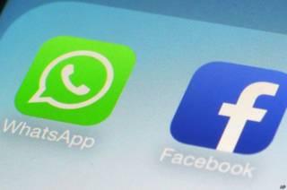 Иконки WhatsApp и Facebook на экране мобильного телефона