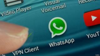 Logo de WhatsApp en una pantalla de teléfono celular.