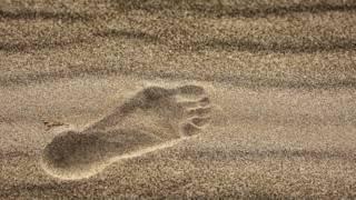 След ноги на песке