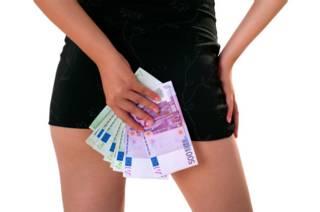 Женщина с пачкой денег