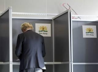 """Евроскептик и лидер """"Партии свободы"""" Геерт Вилдерс на избирательном участке в Гааге"""