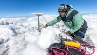 Un expedicionario francés colocando el GPS en la cumbre del Chimborazo
