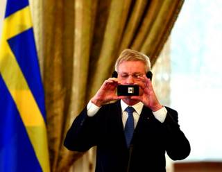 carl_bildt_flag_phone