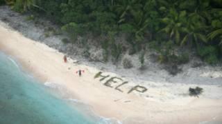 """Palabra """"ayuda"""" escrita con ramas de palmera"""