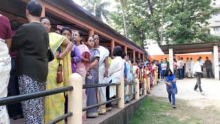 गुवाहाटी में मतदाना के लिए अपनी बारी का इंतजार करते मतदाता.