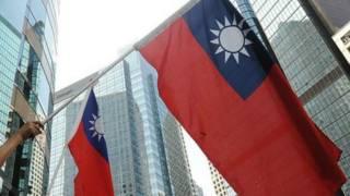 Người biểu tình vẫy quốc kỳ Đài Loan năm 2010