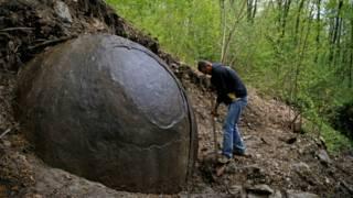 Esfera misteriosa encontrada em floresta intriga cientistas