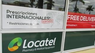 La vitrina de la farmacia Locatel en Miami (EE.UU.) tiene un aviso que indica que aceptan prescripciones médicas internacionales