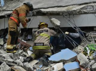 Cпасатели на обломках здания в Эквадоре, где произошло землетрясение