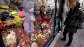 женщина у витрины магазина в Тегеране