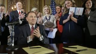 法案由共和黨州長加裏‧赫伯特(Gary Herbert)簽署