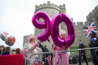 Женщины с шарами у Виндзорского замка