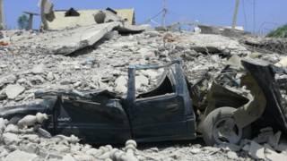 Un vehículo destrozado durante el terremoto
