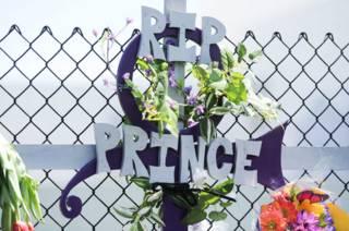 Крест на мемориале в память Принса