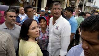 Rafael Correa con víctimas