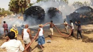 बिहार के शेखपुरा मे लगी आग को बुझाते लोग.