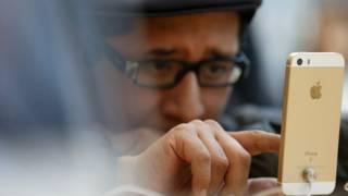 Un usuario prueba un iPhone