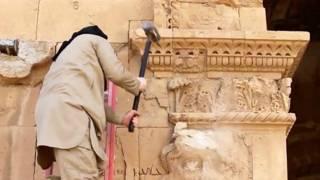 """أحد مقاتلي تنظيم """"الدولة الإسلامية"""" يخرب أحد آثار تدمر"""