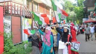 चुनाव प्रचार करती मुस्लिम लड़कियों