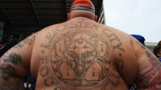 Un fan del Leicester con el nombre del equipo tatuado en la espalda.