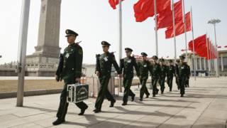 资料图片:中国武警在人民大会堂前站岗