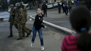 Дети играют на улице в Степанакерте, Нагорный Карабах