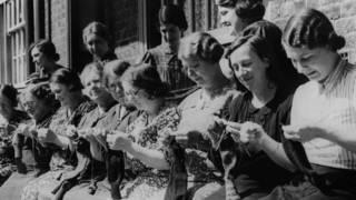Женщины вяжут носки для армии