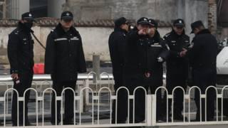 中国警察在法院外(资料照片)