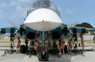 Российские технические работники подготавливают военный самолет для операции в Латакии