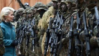 Министр обороны и немецкие солдаты