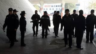 资料图片:北京警察在北京市第三中级人民法院外站岗