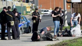 Полицейские и задержанные
