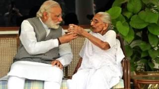 अपनी माँ के साथ प्रधानमंत्री नरेंद्र मोदी.