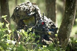 Эстонский солдат на международных учениях близ границы с Россией
