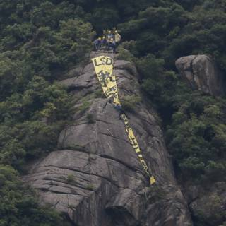 香港本土政治组织周二在郊野公园山腰悬挂巨幅标语抗议。