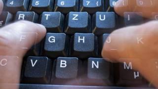 Пальцы над клавиатурой компьютера
