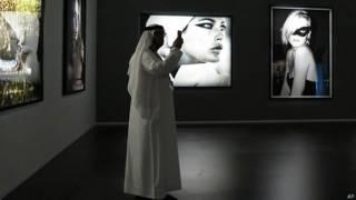 араб с телефоном на выставке