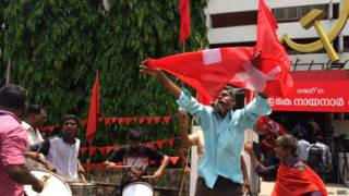 केरल में जीत का जश्न मनाते वाम कार्यकर्ता.