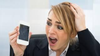 Una persona penando por su teléfono roto