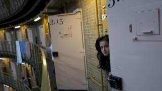Por qué en una cárcel de Holanda viven cientos de refugiados