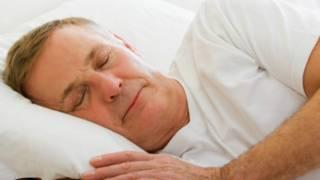 هل نحتاج إلى ساعات نوم أقل كلما تقدم بنا العمر؟